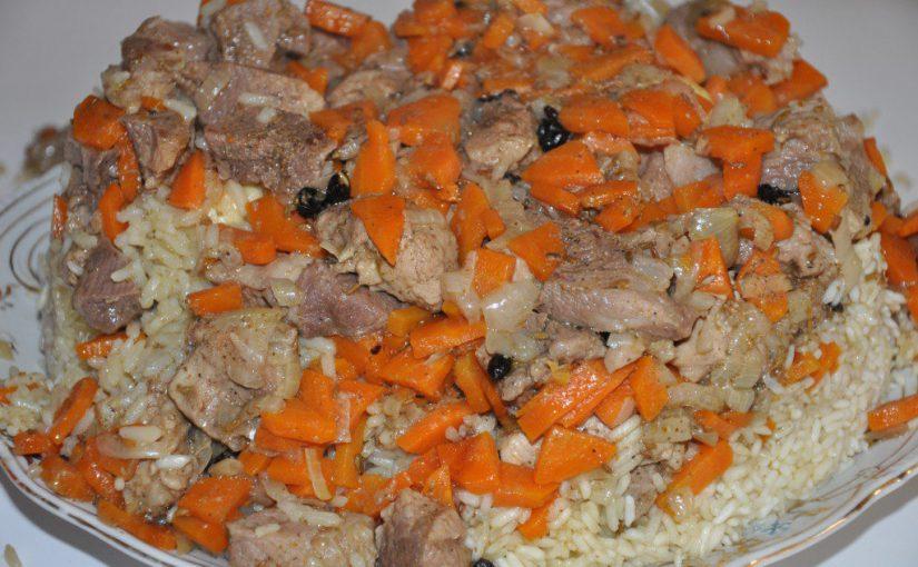 Розсипчастий плов зі свинини в казані на плиті