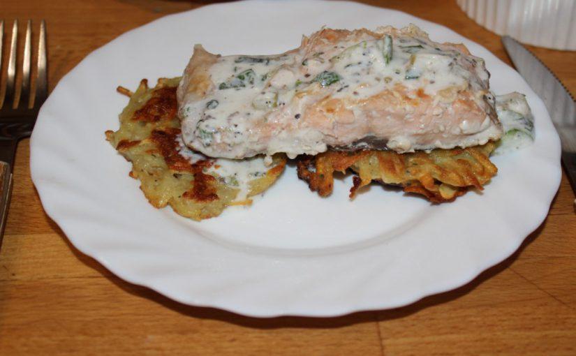 Смажені деруни і філе лосося у вершковому соусі