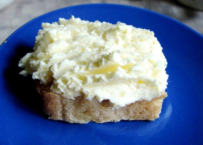 Корисне та смачне сирне масло з часником – для намазування на бутерброди