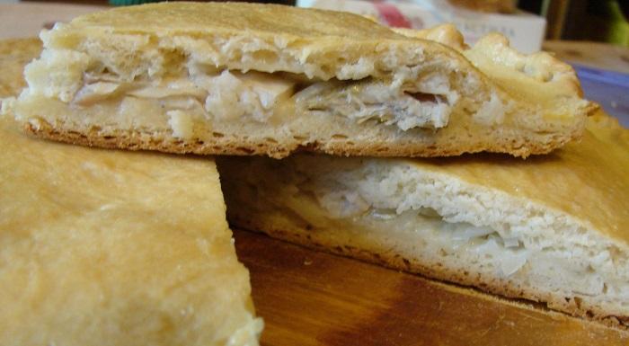 Закритий рибний пиріг з судаком круглої форми в духовці