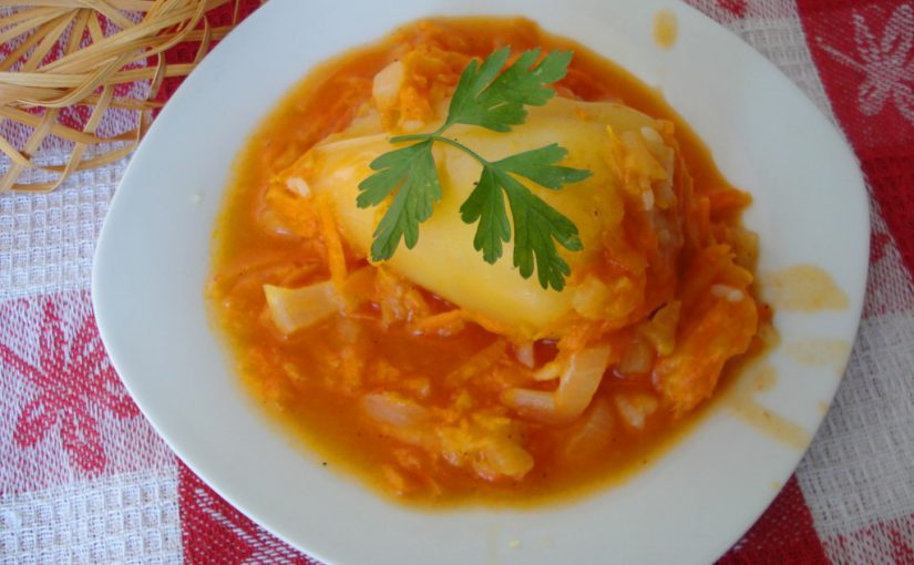 Смачний фарширований перець з м'ясом і рисом в томатному соусі