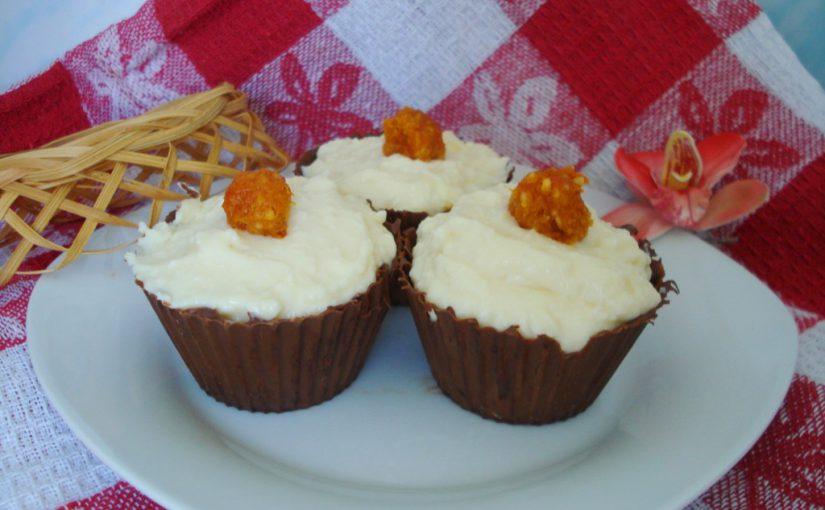 Смачний сирний десерт з курагою та арахісом в шоколадному кошику