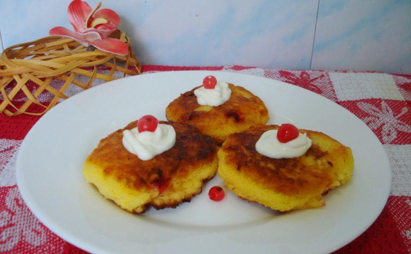 Смачні сирники з ягодами червоної смородини на сковороді