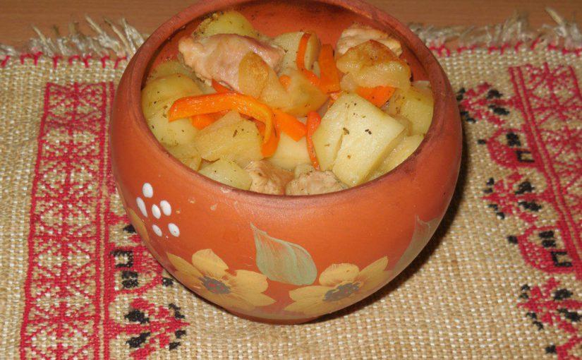 Смачна печеня в горщиках з м'ясом, картоплею та яблуками в духовці