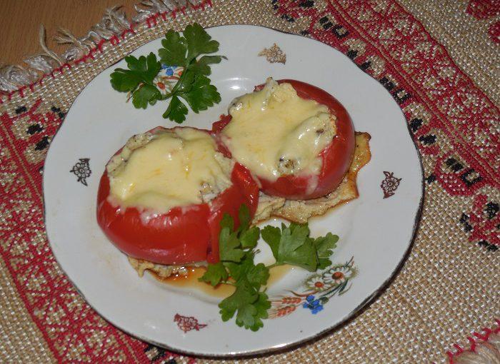 Оригінальна яєчня-брехуха в помідорах або смачні помідори з яйцем і сиром
