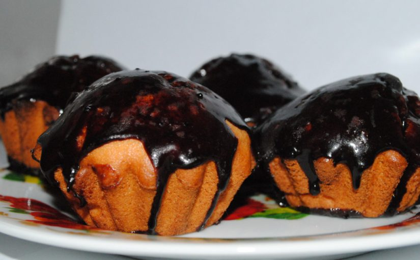 Простий і смачний кекс з родзинками на кефірі в формочках, спечений в духовці
