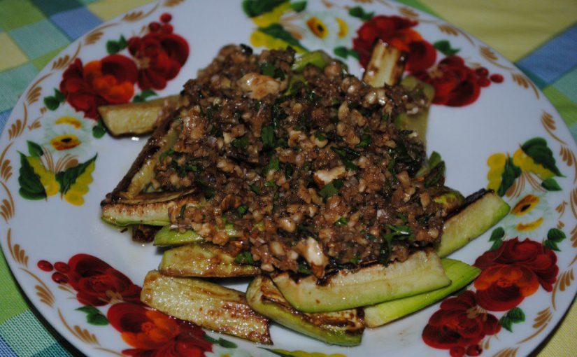 Незвичайний салат-закуска з кабачків з горіхами і часником