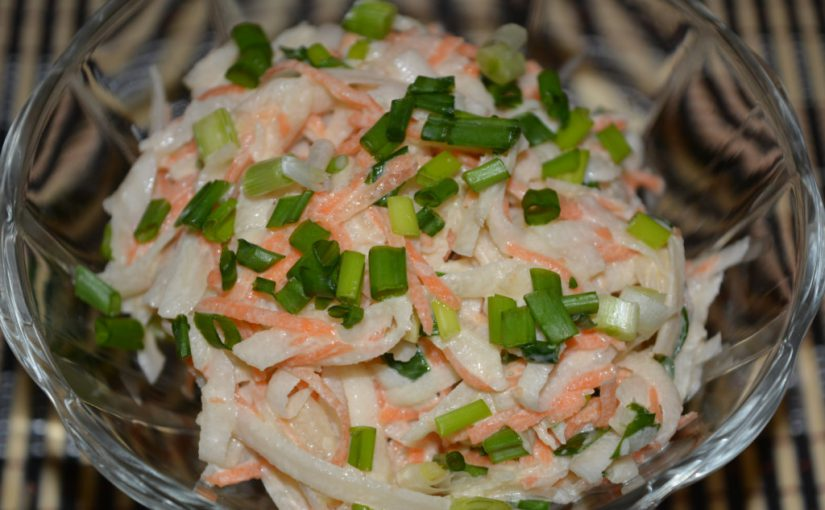 Смачний салат з топінамбура з морквою і зеленою цибулею