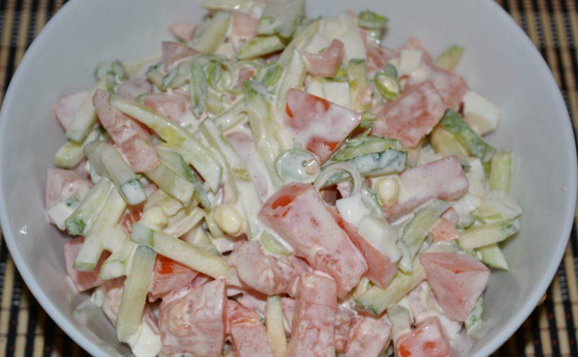 Простий овочевий салат зі свіжих огірків і помідорів з яйцем і цибулею-пореєм