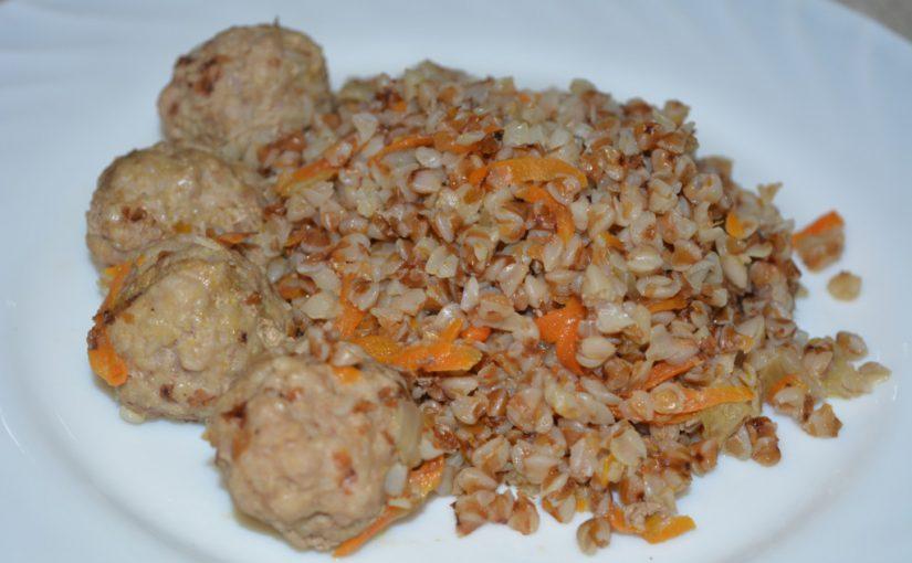 Розсипчаста гречка з м'ясними фрикадельками на сковороді