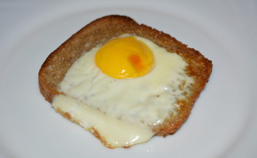 Домашні грінки з чорного хліба з яйцем у духовці