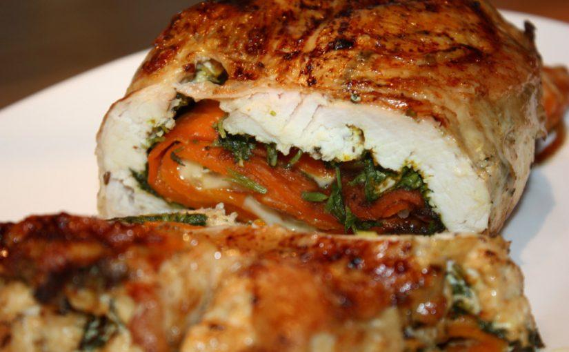 Курячий рулет з багатошаровою начинкою з овочів, у духовці