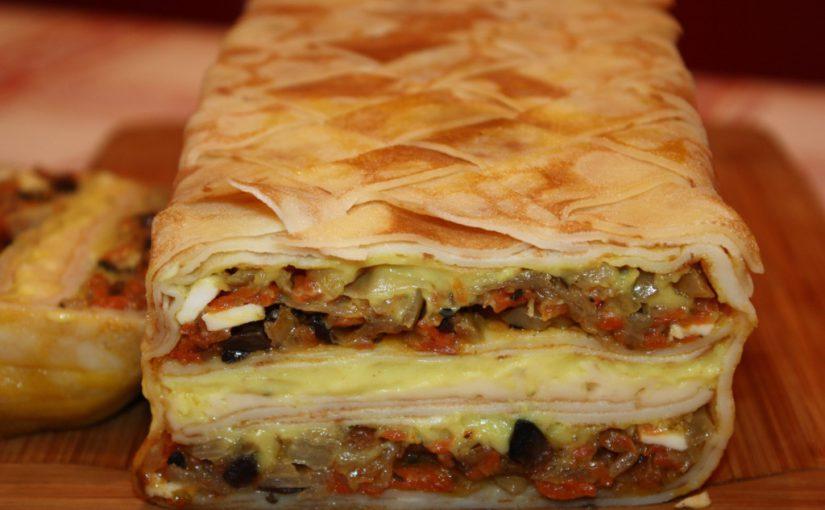 Млинцевий пиріг із грибами, сиром і овочами в духовці