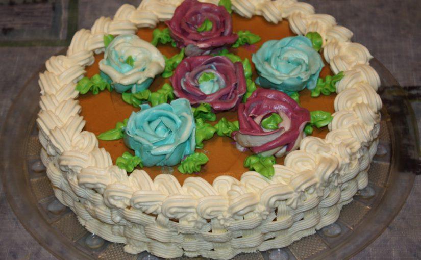 Домашній бісквітний торт з масляним кремом – смачний фіалково-карамельний десерт