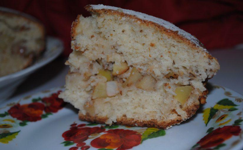 Пишний пиріг на кефірі з яблуками і горіхами
