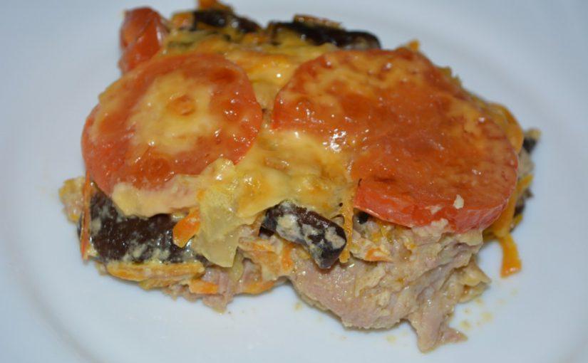 Соковита свинина з грибами, сиром і овочами запечена в духовці