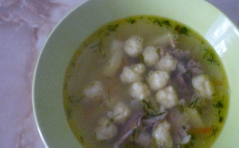 Домашній суп з галушками та м'ясом на свинячому бульйоні