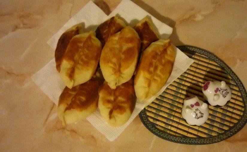 Пишні дріжджові пиріжки з щавлем і яйцем смажені на сковороді