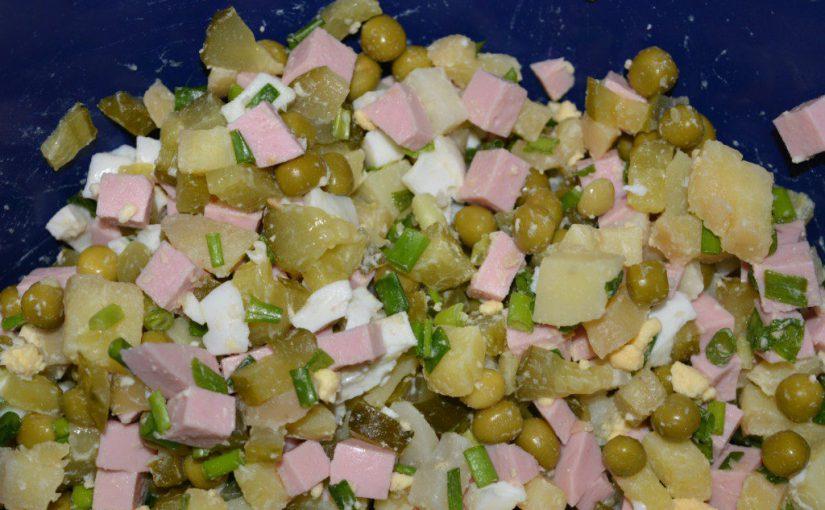 Салат Олів'є класичний, з ковбасою і солоними огірками