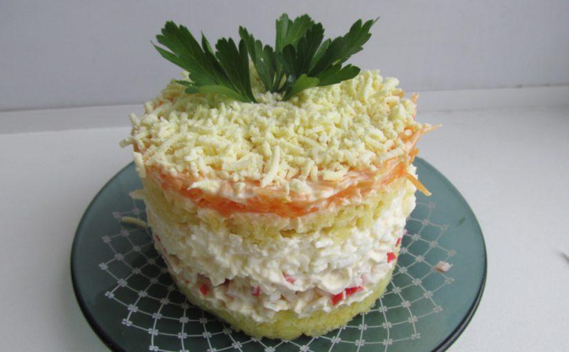 Ніжний і смачний листковий салат з крабовими паличками