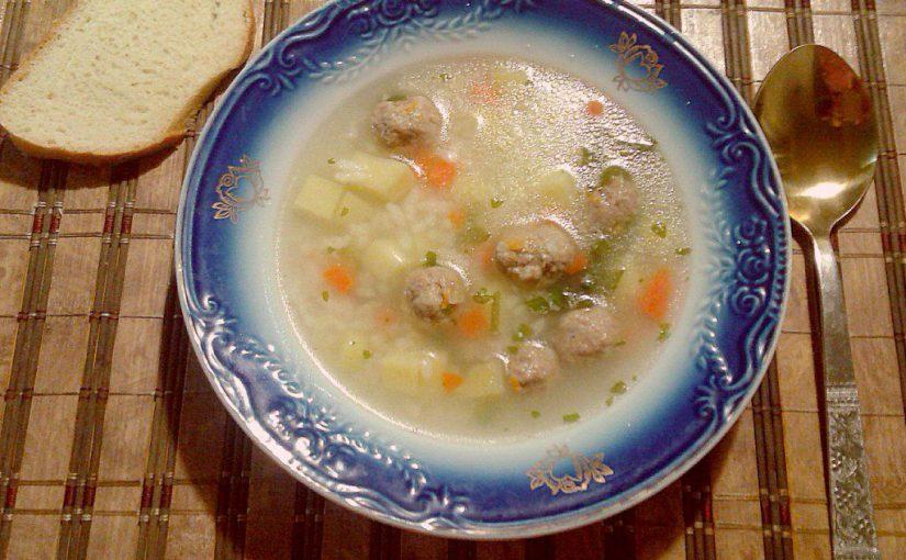 Смачний рисовий суп з фрикадельками в мультиварці