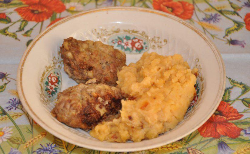 Смачне горохове пюре з цибулею і курячими шкварками