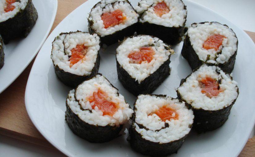 Домашні роли з рисом і червоною рибою