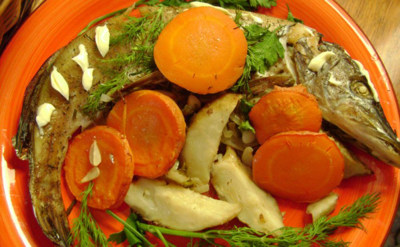Щука запечена в духовці цілком, фарширована морквою та цибулею