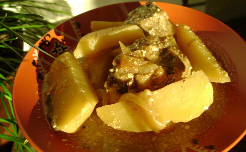 Тушкована картопля з печінкою яловичою і цибулею в сметані на сковороді