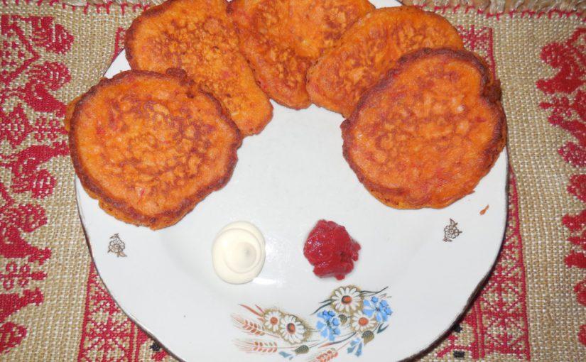 Пишні томатні оладки з помідорів на соді, з часником