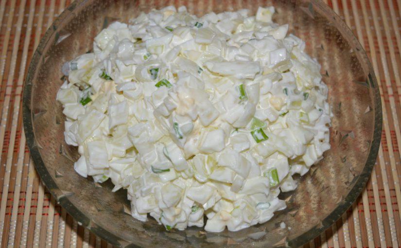Класичний цибулевий салат з вареним яйцем і майонезом
