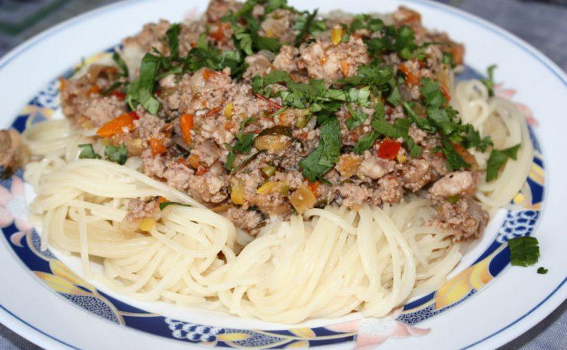 Спагеті з соусом болоньєзе в домашніх умовах