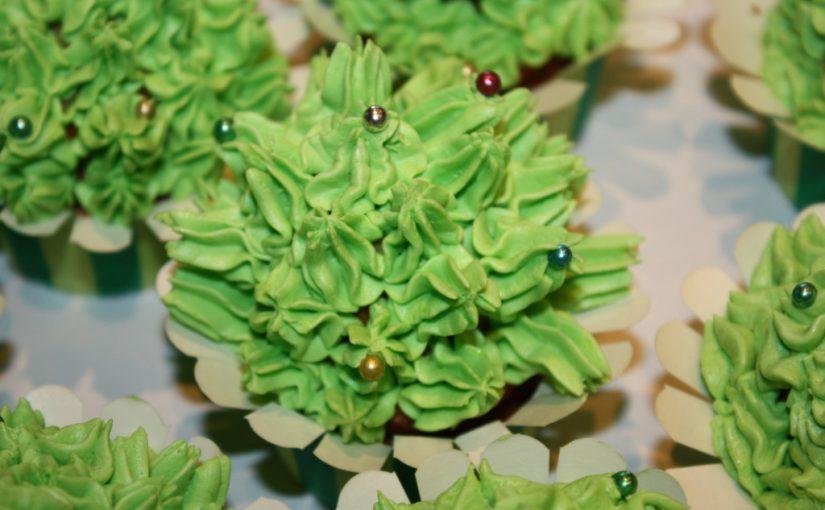 Ванільні кекси з масляним кремом зверху – смачно, оригінально, красиво