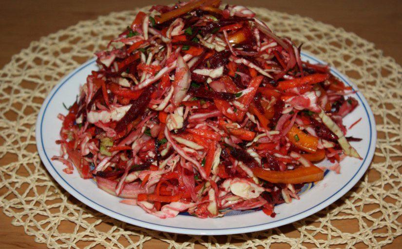 Вітамінний салат із сирого буряка, моркви, капусти та інших свіжих овочів
