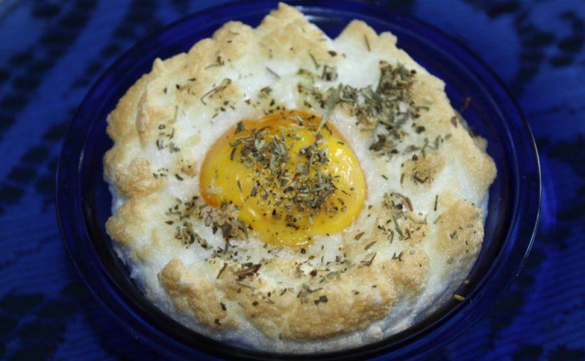 Повітряна яєчня з сиром в духовці, в формочках