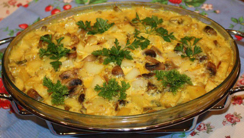 Картопля з грибами в сметанному соусі, запечена в духовці
