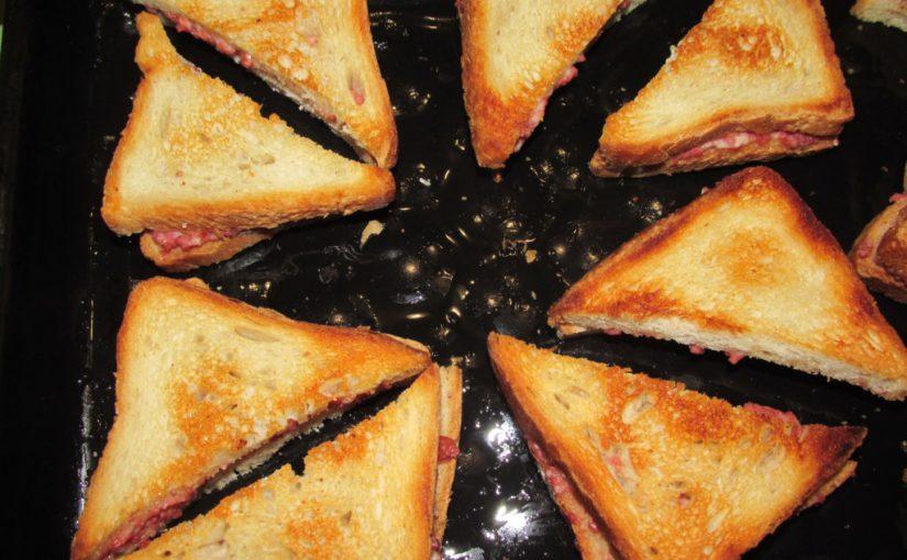 Гарячі бутерброди з ковбасою і сиром в духовці – смачні сендвічі