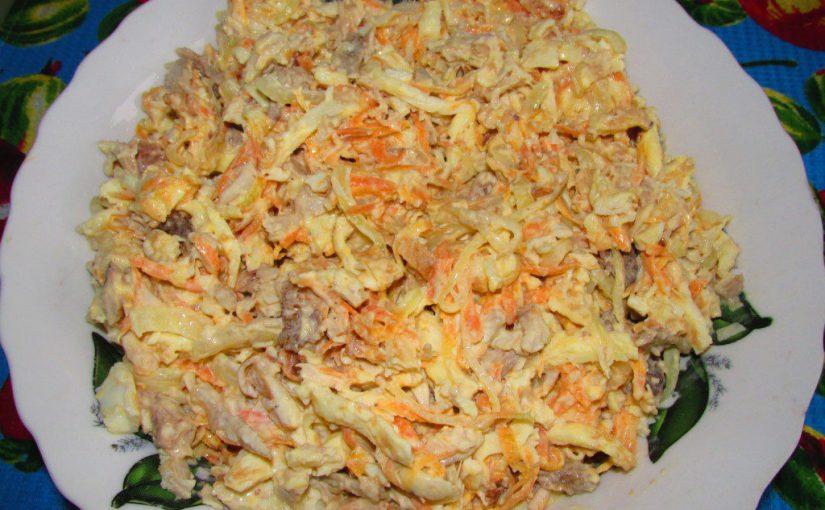 Смачний салат з млинцями з яєць і куркою