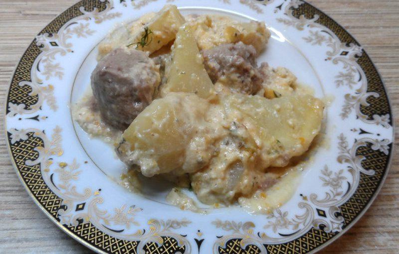 Тефтелі з картоплею під вершковим соусом бешамель
