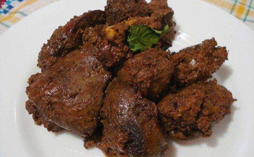 Пряна куряча печінка в сметані на сковороді