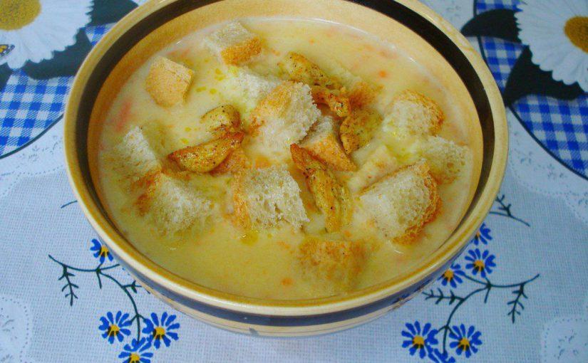 Зігріваючий гороховий суп-пюре з куркою, сухариками та плавленим сиром