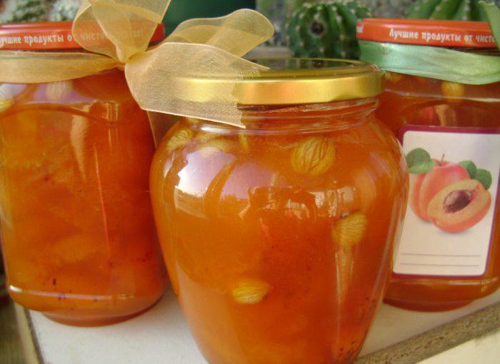 Домашнє бурштинове абрикосове варення часточками і з кісточками