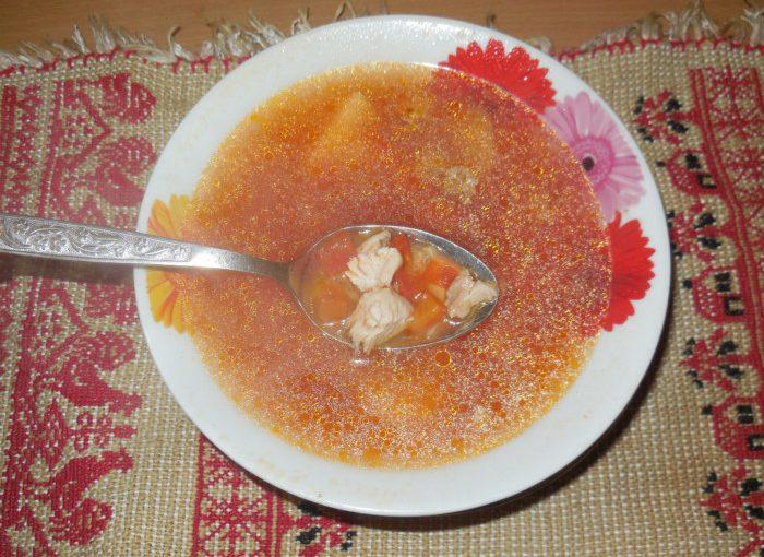 Дієтичний томатний суп на бульйоні з індички з овочами та крупою булгур