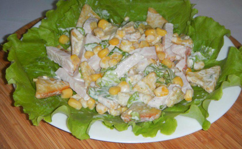 Швидкий салат із сухариками, кукурудзою та баликом