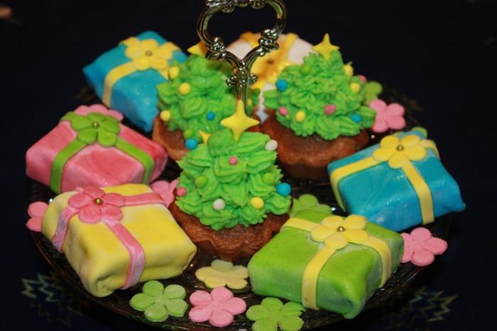 Новорічне тістечко ялинка з крему і новорічний бісквіт в подарунок