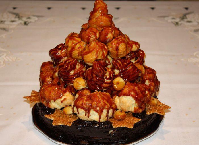 Смачна новорічна ялинка з профітролей – новорічний торт з карамельним топінгом