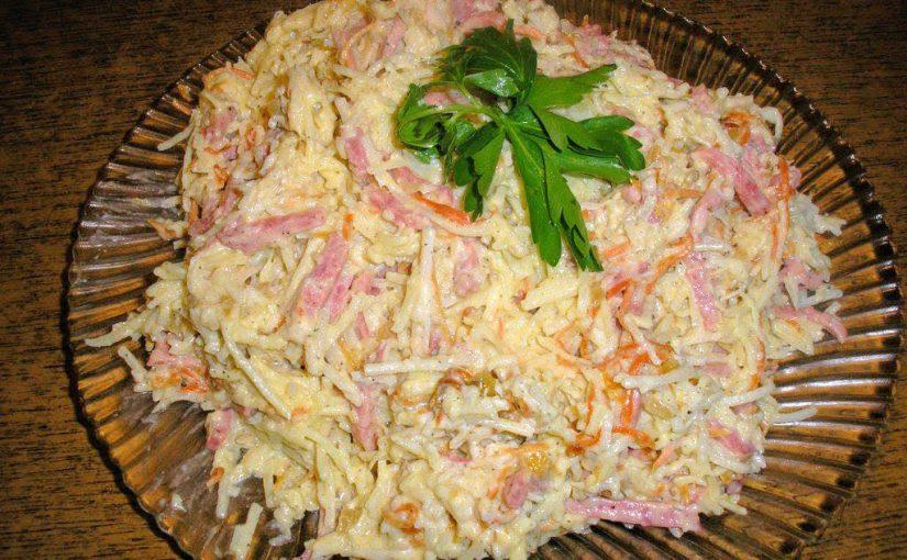 Картопляний салат з відвареної картоплі соломкою з ковбасою