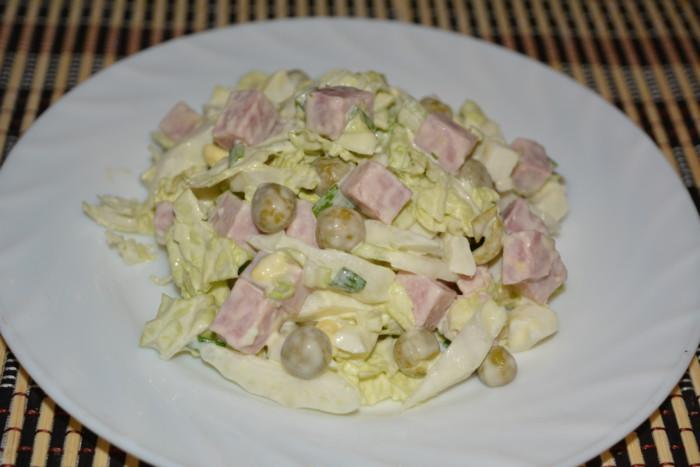 Смачний салат з пекінською капустою, шинкою і зеленим горошком