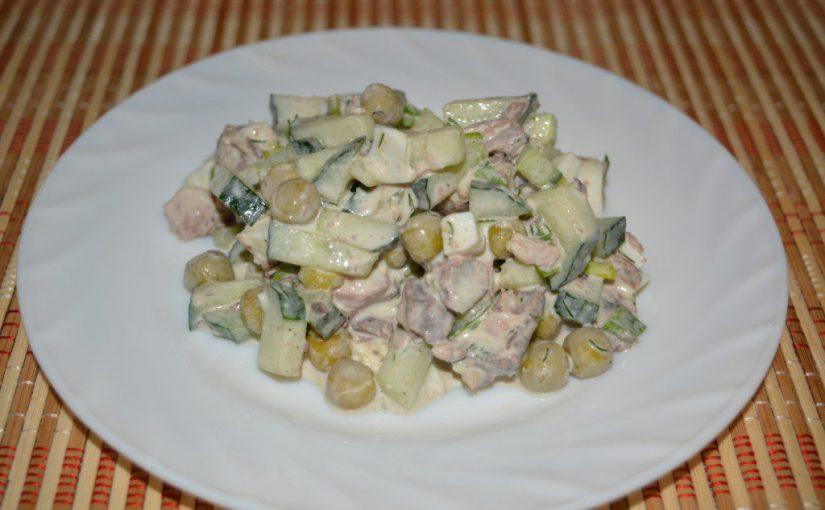 Смачний салат з консервованим тунцем, свіжим огірком і яйцем