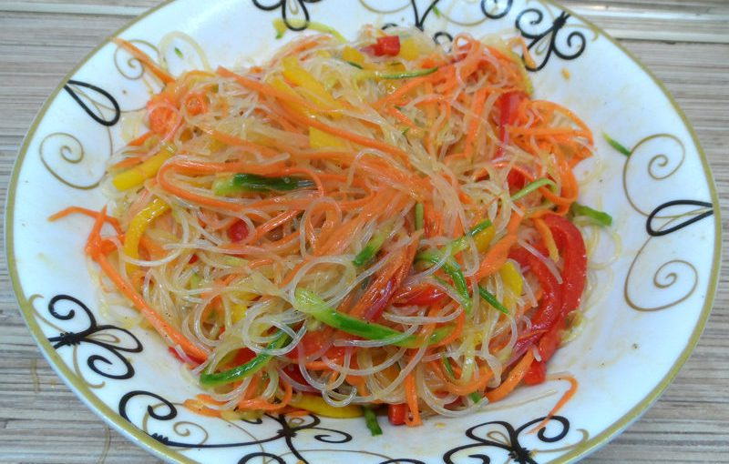 Корейський салат з фунчозою та овочами